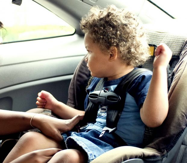 child-in-in-safety-seat-in-car-621x544